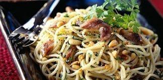 spaghetti acciughe pinoli