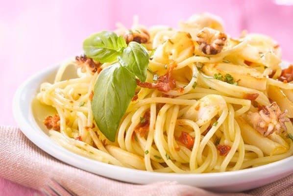 Spaghetti calamaretti e pomodori al forno
