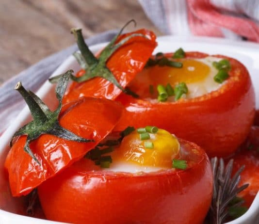 Pomodori cotti al forno ripieni di uova