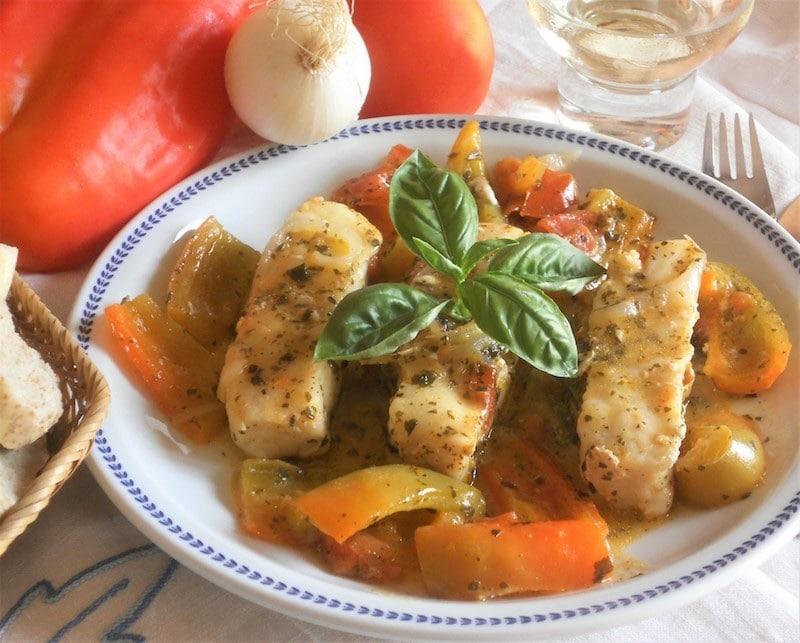 Filetti di merluzzo in peperonata con basilico