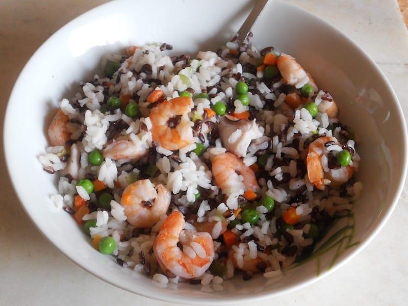 Insalata di riso bianco e nero con mazzancolle