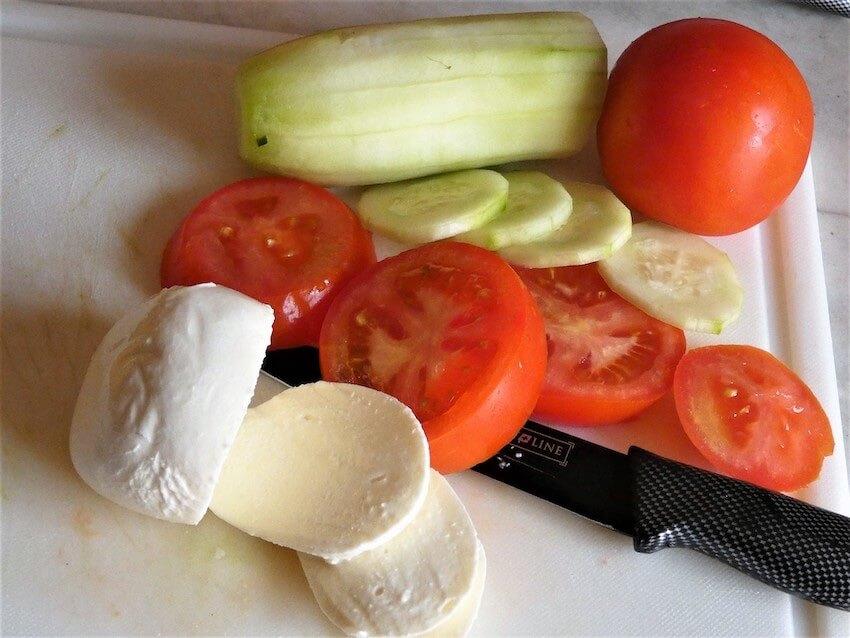 caprese affettare pmodori cetrioli mozzarella