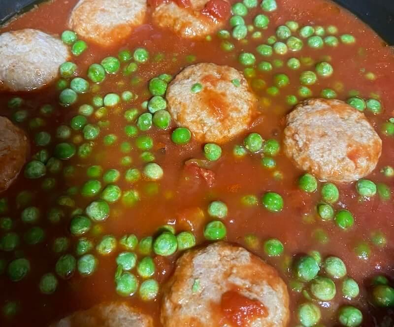 Ricetta sugo di pomodoro con polpette e piselli